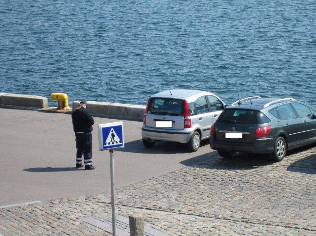 Parkering København skriver ulovlige parkeringer på Langeliniekajen. Foto: ©René Thaulov Nielsen